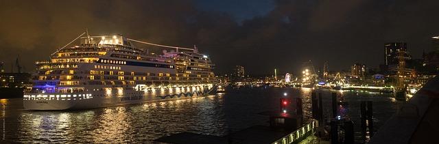 Kreuzfahrtschiff in Hamburg bei Nacht